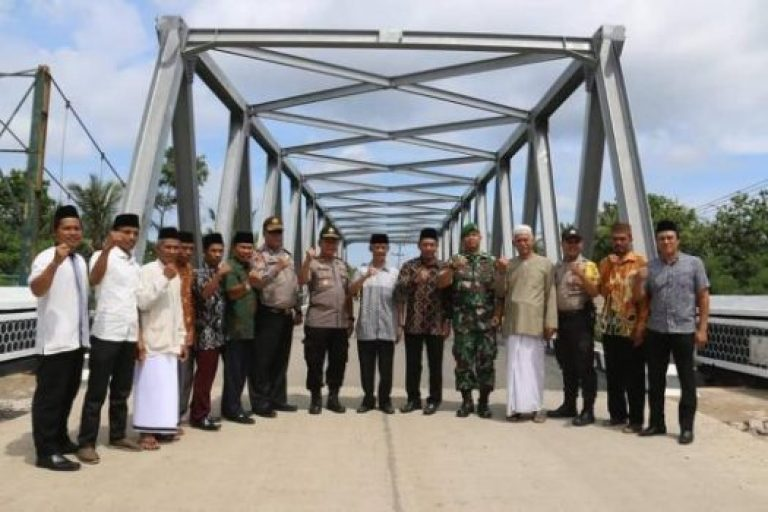 Bupati Pringsewu, Sujadi, bersama warga usai tasyakuran selesainya pembangunan Jembatan Waytebu.